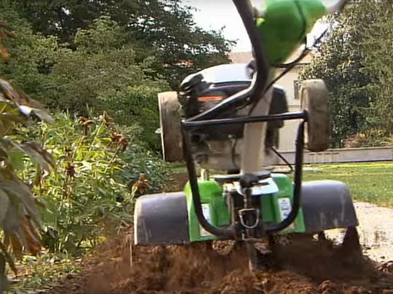 Enostavna priprava gredice v okrasnem vrtu.