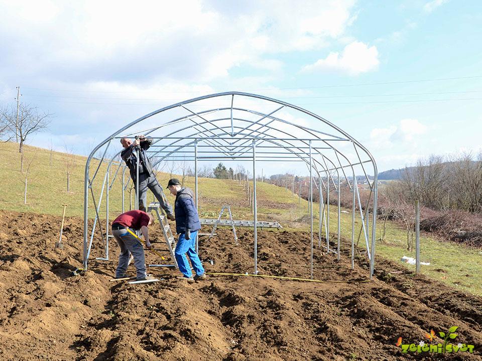 Jeklene pocinkane cevi tvorijo ogrodje rastlinjaka.