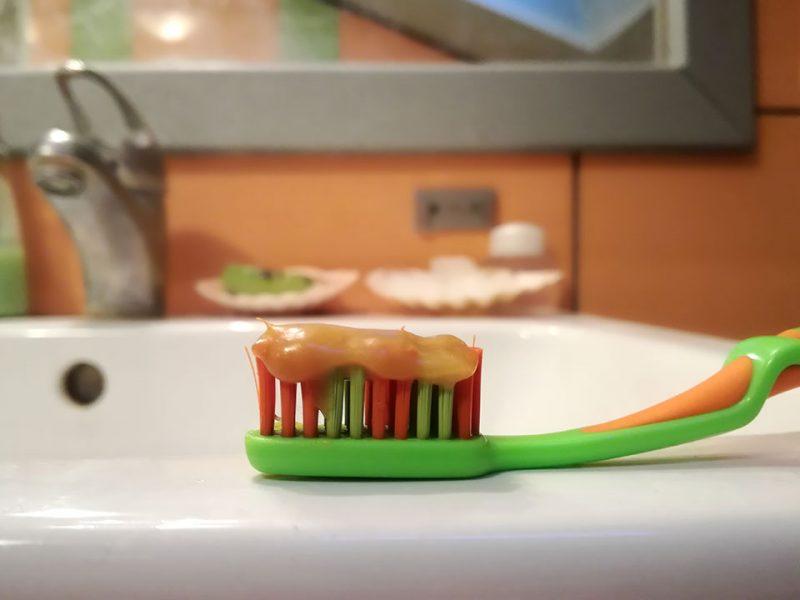 Kako naredimo domačo zobno pasto iz sode bikarbone, medu, olja in propolisa?