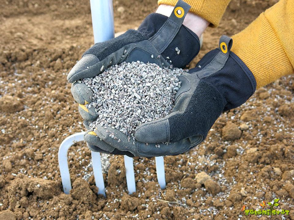 Aktiviranje tal s humusom deževnikov, algami, zeolitom in naravnimi kislinami