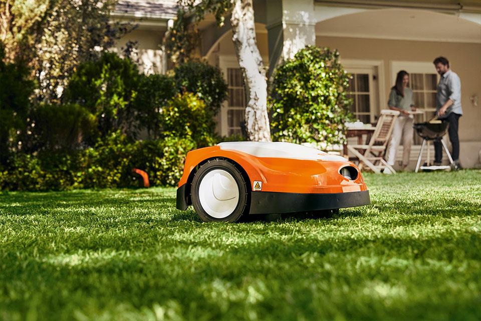 Robotska kosilnica in najlepša košnja trave v soseski