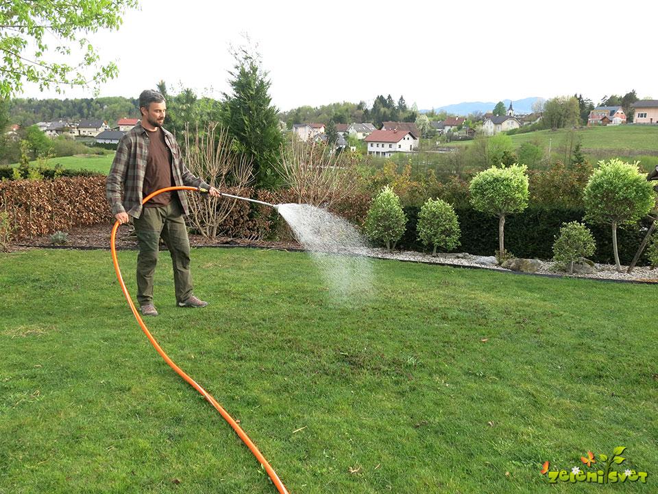zalivanje namakanje s cevjo vrt