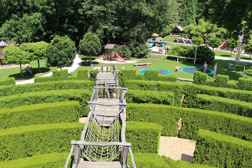 Arboretum Volčji Potok – labirint, cvetlične grede, otroške hiše na drevesu, trampolini in ostala igrala