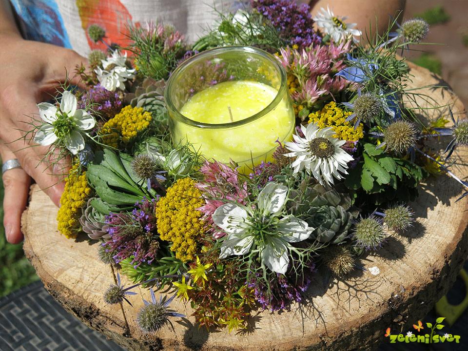 Kako naredimo cvetoči venček iz rastlin, ki jih naberemo na domačem vrtu?